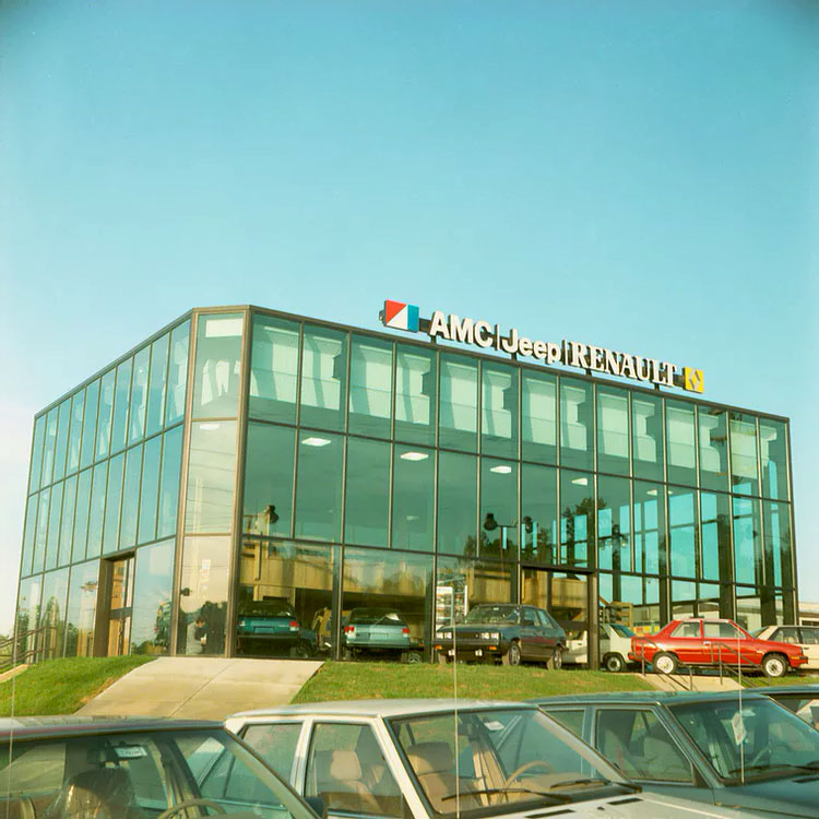 http://www.renault-alliance-club-passion.com/img/histoire-AllianceEncore/AmcJeepRenault_Dealer01.jpg
